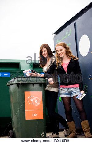 Zwei Mädchen im Teenageralter recycling cds - Stockfoto