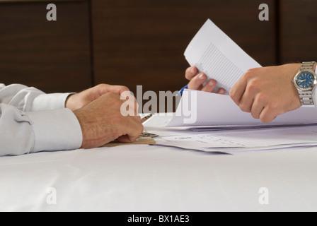 Nahaufnahme von zwei Geschäftsleute arbeiten mit Dateien auf Schreibtisch Beirut-Libanon-Nahost - Stockfoto
