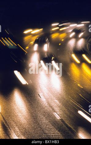 Verkehr auf der Autobahn Aktion Aktivität Auto Automobil Automobile Autos verschwommene Auto Autos Farbe Farbe Dämmerung - Stockfoto