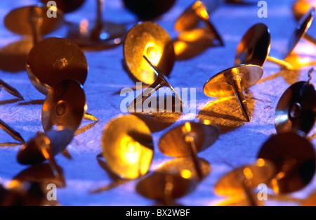 Überfluß reichlich Hintergrund Hintergründe Nahaufnahme Farbe Farbe Reißnadel Reißnägel Golden viele Metall - Stockfoto