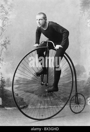 Vintage Portraitfoto ca. 1891 Weltmeister Radfahrer William Walker Martin auf einem Hochrad Fahrrad. - Stockfoto