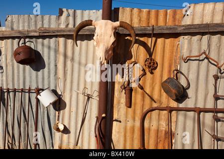 Eine Sammlung von Junk-e-hängend an einem Wellblech-Zaun in einem Café in Silverton in der Nähe von Broken Hill - Stockfoto