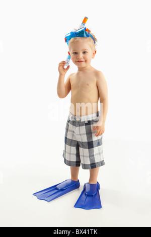 Ein Junge trägt Schnorchelausrüstung - Stockfoto