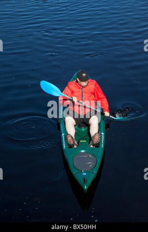Mann mit Wilderness Systems Ride 135 Sit on Top Kajak paddeln - Stockfoto