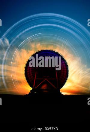 Radioteleskop und Sternspuren, artwork - Stockfoto