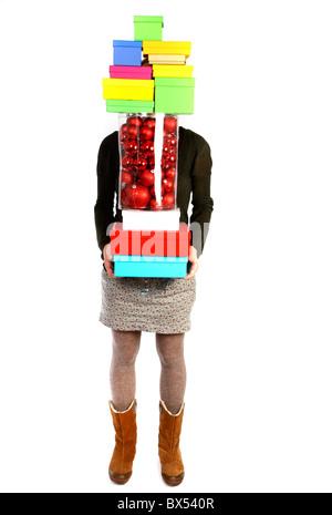 Junge Frau mit Geschenk-Boxen, Kartons in verschiedenen Größen und Farben. - Stockfoto