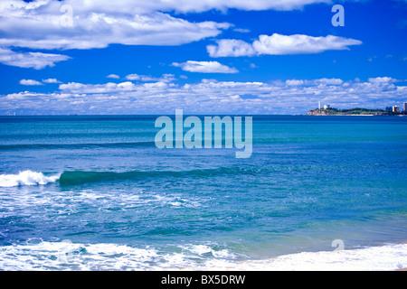 Schöne blaue Meer mit kleinen Wellen Punkt Cartwright im Hintergrund - Stockfoto