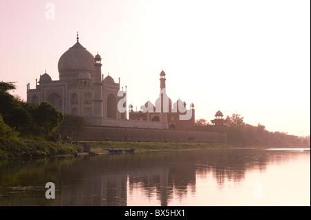 Taj Mahal, UNESCO World Heritage Site, bei Sonnenuntergang spiegelt sich im Fluss Yamuna, Agra, Uttar Pradesh, Indien, - Stockfoto