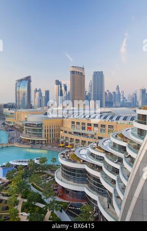 Skyline von Dubai, erhöhten Blick auf die Dubai Mall und Burj Khalifa Park, Dubai, Vereinigte Arabische Emirate, - Stockfoto