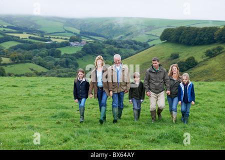 Generationen Familie gehen in Bereichen - Stockfoto