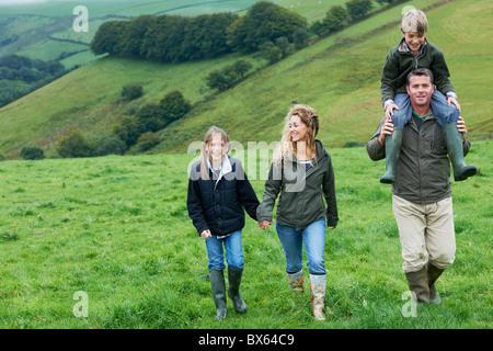 Familie gehen in den Bereichen - Stockfoto