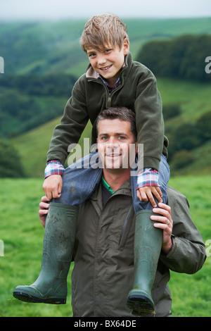 Vater und Sohn Huckepack im Bereich - Stockfoto