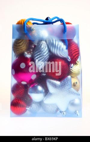 Transparent, bunt, Kunststoff-Tasche, mit Weihnachtsdekoration. - Stockfoto