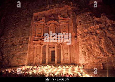 Nightime Touristen zeigen bei Kerzenschein vor dem Treasury (El Khazneh), Petra, UNESCO-Weltkulturerbe, Jordanien - Stockfoto