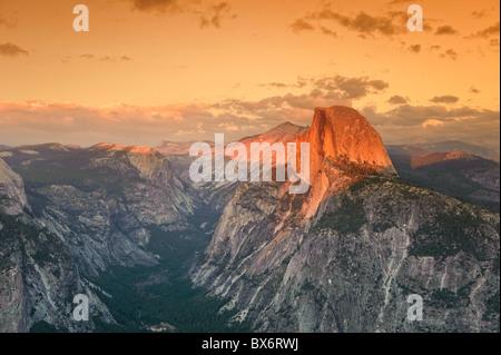 USA, California, Yosemite-Nationalpark, Glacier Point, der Half Dome Berg und Yosemite Valley anzeigen