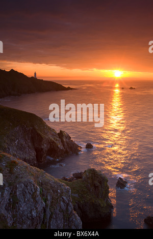 Spektakulären Sonnenaufgang hinter Start Point Lighthouse in South Hams, Devon, England. Herbst (September) 2010. - Stockfoto