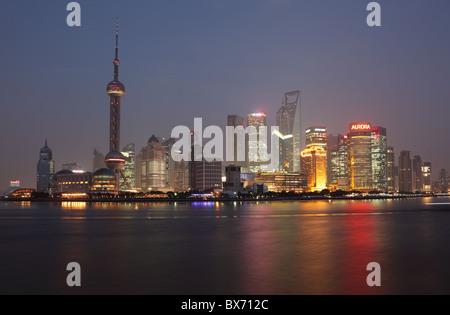 Skyline von Pudong - moderne Wolkenkratzerviertel von Shanghai, China - Stockfoto