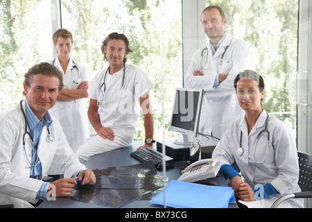Ärzte treffen, um Dateien zu diskutieren - Stockfoto