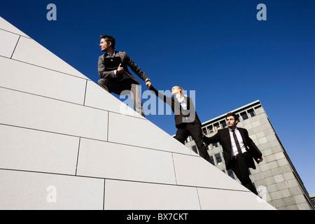 3 Personen auf Dach - Stockfoto