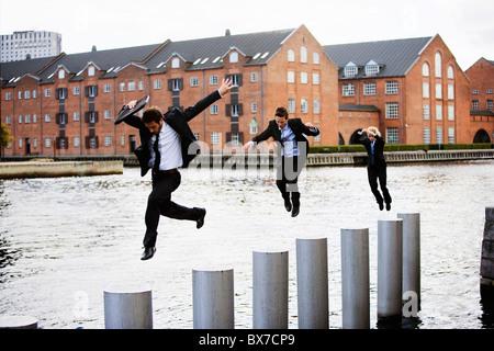 Drei Unternehmer springen - Stockfoto