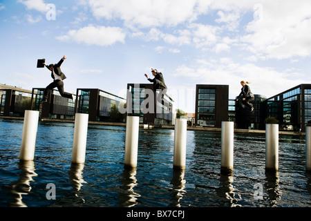 3 Personen, die Pole springen - Stockfoto