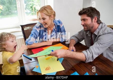 Familie Kalligraphieren auf Tisch - Stockfoto
