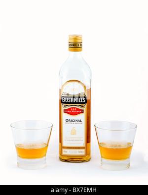Flasche von Bushmills Irish Whiskey mit zwei Bushmills Gläser - Stockfoto