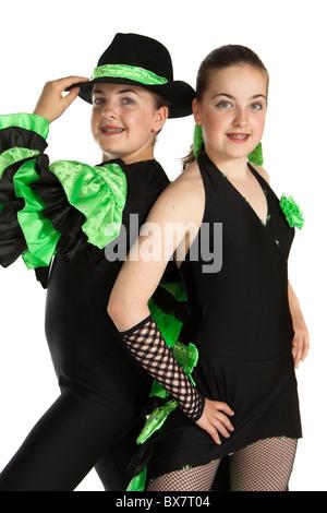Studioaufnahme von schönen jungen eineiigen Zwillingen in bunten modern / jazz Tanz Kostüm - Stockfoto