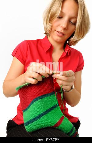 Junge Frau stricken Schal - Stockfoto