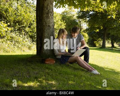 Junge Mädchen unter einem Baum helfen - Stockfoto