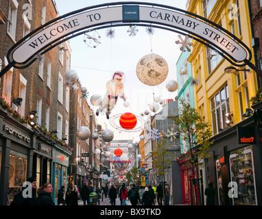Weihnachtsschmuck und Lichter in der Carnaby Street im Londoner West End in Großbritannien - Stockfoto