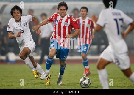 Luis Caballero von Paraguay (20) steuert den Ball gegen Südkorea während einer 2009 U-20 World Cup Runde 16 Spiel - Stockfoto