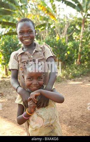 Bruder und Schwester darstellen zusammen in Buwanyanga Dorf - Sironko, östlichen Uganda, Ostafrika. - Stockfoto