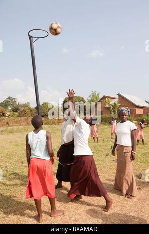 Mädchen im Teenageralter spielen Korbball in Bugabwe Dorf, Iganga Bezirk, östlichen Uganda, Ostafrika. - Stockfoto