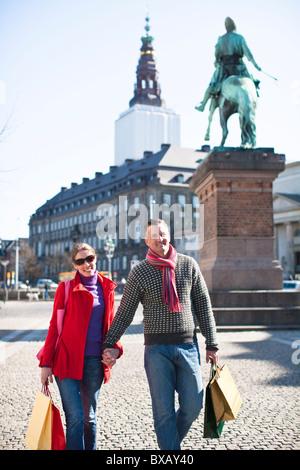 Paar mit Einkaufstüten, zu Fuß in die Stadt - Stockfoto