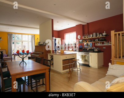 Offene Küche und Esszimmer mit antiken Leiter zurück Stühle an ...
