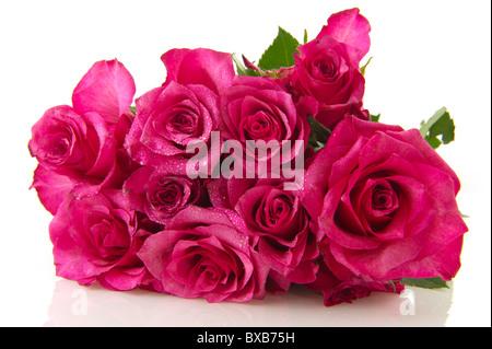 Bouquet mit schönen rosa Rosen isoliert auf weiß - Stockfoto
