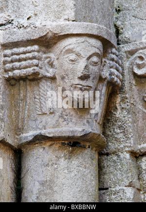 Eine geschnitzte Hauptstadt Corcomroe Abbey, The Burren, County Clare, Munster, Irland. Ein 13. Jahrhundert Zisterzienserkloster. - Stockfoto