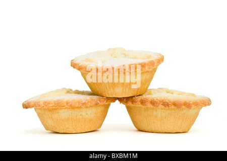 Stapel von süßen Mince Pies aus niedrigen Perspektive isoliert auf weiss. - Stockfoto