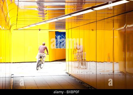 Radsportler, die durch eine Unterführung in London, England, Vereinigtes Königreich, Europa - Stockfoto