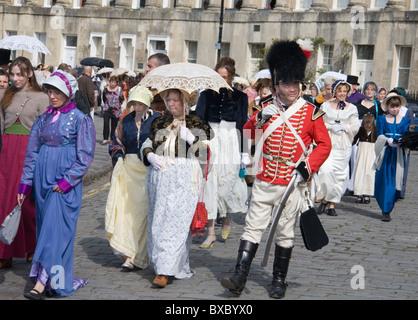 Menschen in regency Tracht, die Teilnahme an der jährlichen Jane Austen Festival Promenade: Bath, Somerset, Großbritannien: - Stockfoto