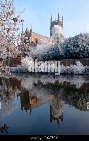 Reflexionen von Worcester Cathedral am Fluss mehrere an einem frostigen Morgen. England - Stockfoto