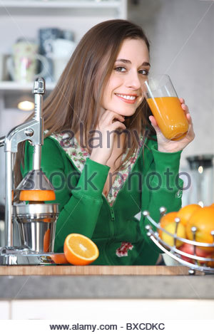 Frau trinkt Orangensaft - Stockfoto