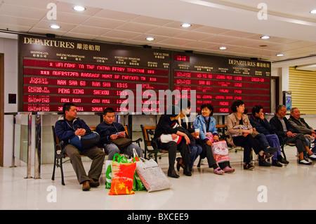 Gruppe von Passagieren warten auf die Fähre in Kowloon Hong Kong China - Stockfoto