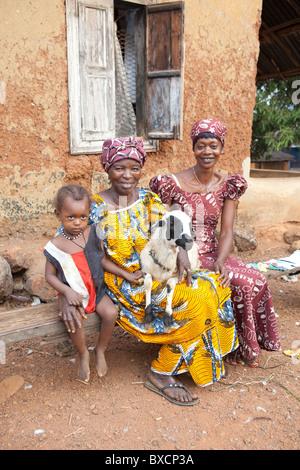 Dorfbewohner posieren mit ihren Schafen in Port Loko, Sierra Leone, Liberia. - Stockfoto
