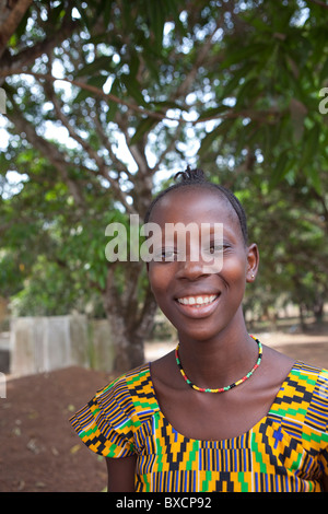 Eine junge Frau in Port Loko, Sierra Leone, Westafrika. - Stockfoto