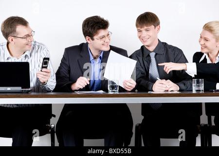 Vier Unternehmer sind am Tisch sitzen. - Stockfoto