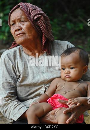 Kambodschanische Großmutter mit Kind - Stockfoto