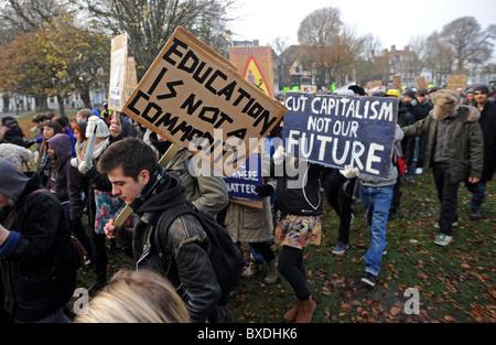 Massendemonstration in Brighton gegen Regierung Kürzungen der Hochschulfinanzierung - start Demonstranten marschieren - Stockfoto