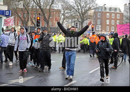 Masse Demonstration in Brighton gegen Regierung Kürzungen der Hochschulfinanzierung - maskierte Demonstranten gehen - Stockfoto